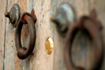 Puertas decoradas con hierro forjado