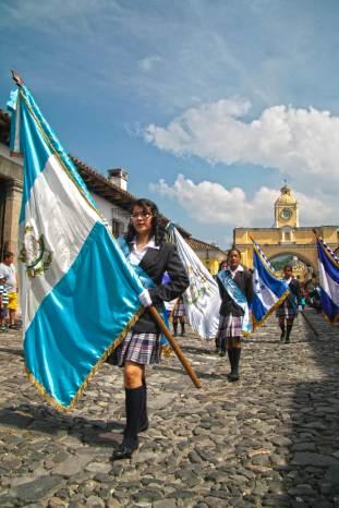 Hoy 15 de septiembre alumnos del Nivel Medio desfilaron por las calles de La Antigua Guatemala