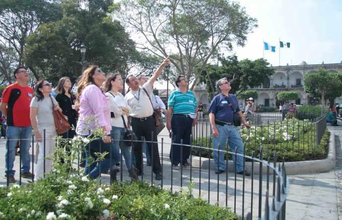 Empresarios-del-Turismo-de-El-Salvador-visitan-la-ciudad--de-La-Antigua-Guatemala