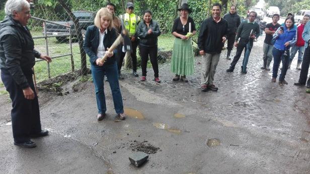 Alcaldesa de la Antigua Guatemala inaugura empedrado en san Cristóbal el Alto de La Antigua Guatemala