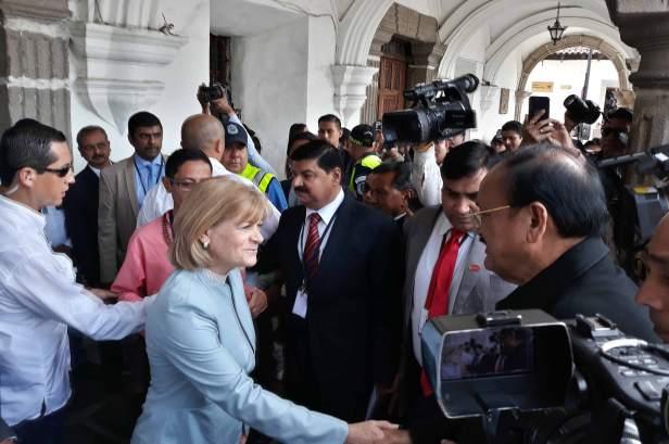 El-vicepresidente-de-India,-Venkaiah-Naidu,-es-recibido-por-la-alcaldesa-de-La-Antigua-Guatemala,-Arq.-Susana-Asencio,--en-su-visita-a-la-ciudad-colonial
