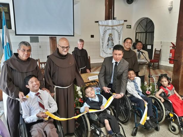 la Asociación de las Obras Sociales del Santo Hermano Pedro hizo entrega simbólica de los trabajos de restauración de las fachadas del Antiguo Hospital para Clérigos e Iglesia San P