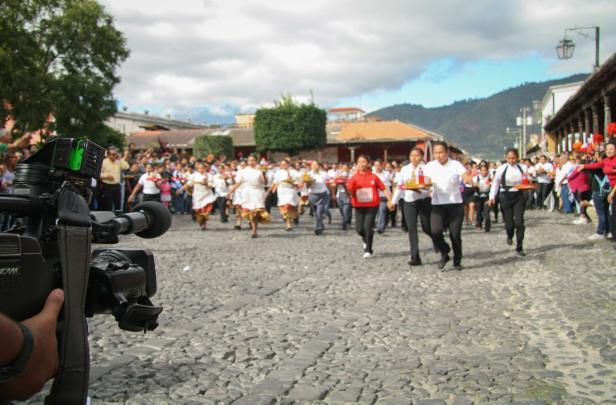 Carrera-de-Charolas-en-La-Antigua-Guatemala.