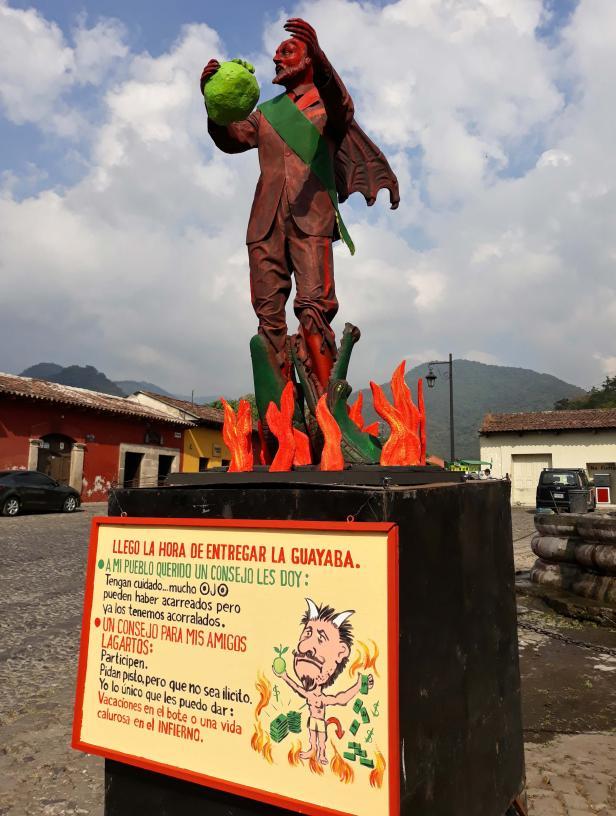 El-Diablo-Ecológico-en-La-Antigua-Guatemala.-La-tradicional-Quema-del-Diablo.