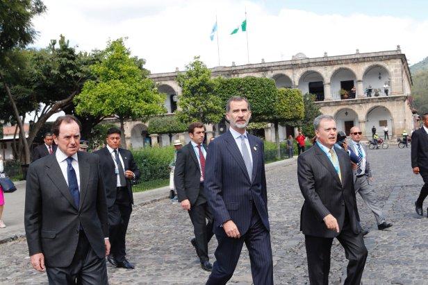 El Rey de España camina por las calles de La Antigua Guatemala