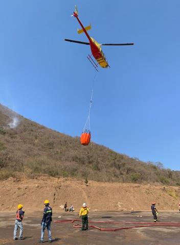 Incendio forestal que azota al Cerro de San Juan Gascón en Antigua Guatemala. Helicópteros de Guatemala.