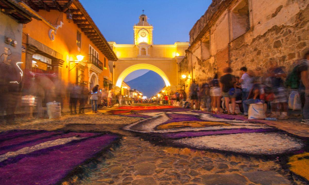 Concluyen alfombra gigante en Calle del Arco - La Antigua ...