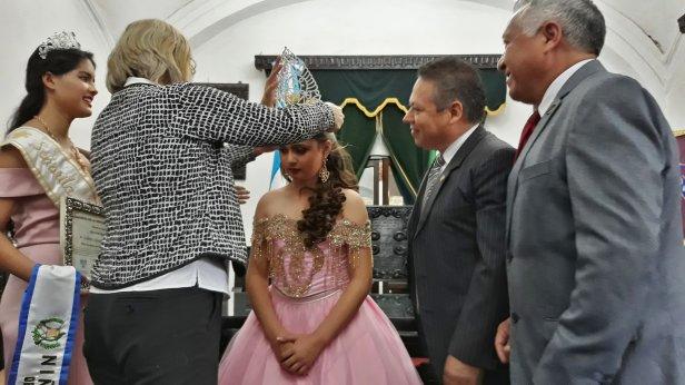 """Isabella Sarahí Arriaza Cabrera recibe investidura de  """"Niña Oriente de Guatemala"""".jpg"""