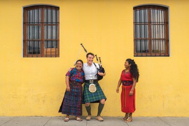 Ross OC Jennings entona melodía con su gaita en Antigua Guatemala